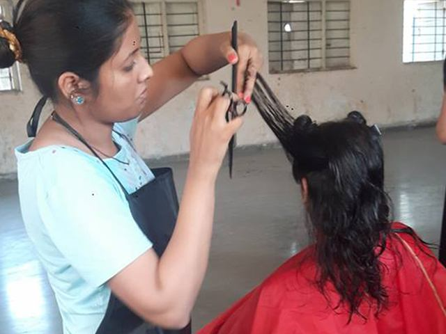 free-haircut-underpriviledged-students (3)